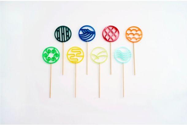 誰しもアメリカのカラフルでおっきなぐるぐるキャンディに憧れた日があるはず。ただ、さすがにあの大きさ、あの甘さ、あの色使いは、日本人にはしっくりこない…。 でももう、指をくわえて、食べきれないキャンディに憧れているだけの時代は終わり。わたしたちには「和柄あめ」があります。 (緑:唐草 青:波 赤:水蒸気 エメラルドグリー...