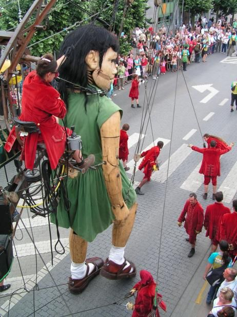 DeWereldMorgen.be - Géant tombé du ciel 1- Ouisse Giants by the French company Royal de Luxe - enormous wooden marionettes walking through cities in Europe | breathtaking ! ~