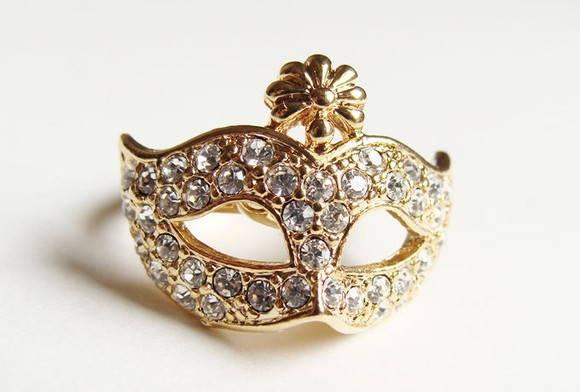 Anel de máscara na cor dourada Tamanhos: 17/18 Frete Grátis nas compras acima de 100,00 reais R$ 55,90