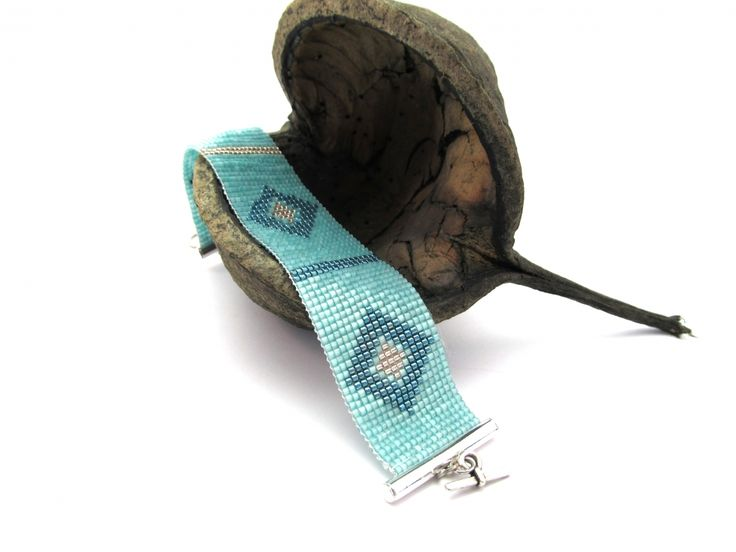 www.byoe.nl Brede platte chique armband met geweven kleine kraaltjes van glas...  De kraaltjes zijn Miyuki glaskralen gemaakt in Japan van Super Quality, deze kraaltjes staan bekend om hun goede kwaliteit, mooie kleuren en gelijkmatige afmeting, wat een super mooi resultaat geeft!  De mint groene armband is geweven met ruit motief met gegalvaniseerd groen en shiny pink .... De armband heeft een mooie Kapitel sluiting. Met liefde gemaakt in Holland!