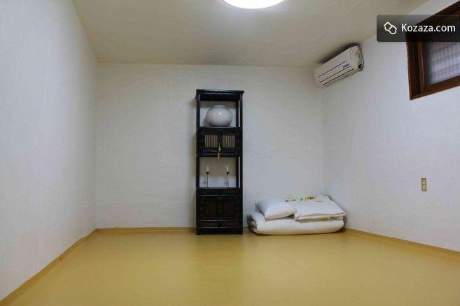 Mumum /m?mu:m/ Calm Layover Room 4