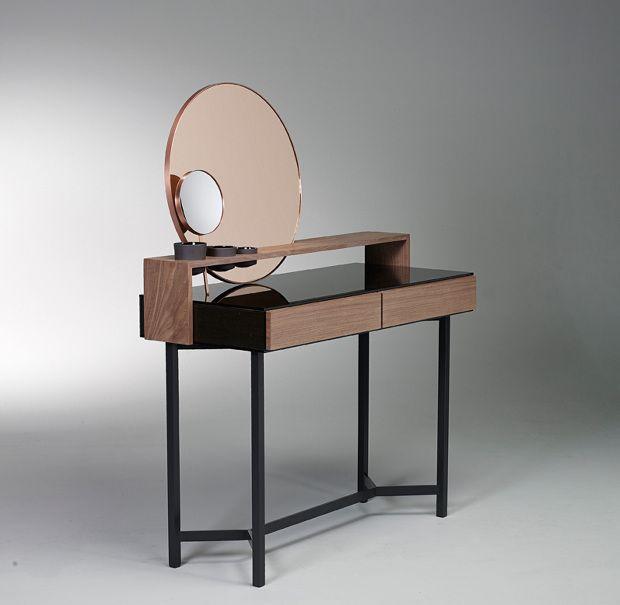 Ejemplo de estilo (uno de mis preferidos). Espejo descentrado con mini espejo de aumento. Cajones sin tiradores / manijas.