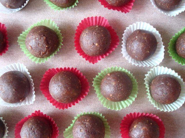 Vánoční vosí hnízda ve tvaru kuliček | Christmas unbaked sweets called Wasp Nests - www.vune-vanilky.cz