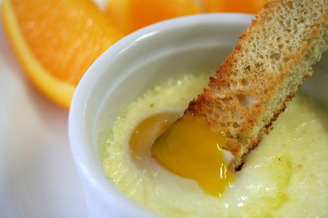 Oeuf cocotte (ajoutez jambon, champignons, fromage...etc, à votre convenance) au micro-ondes.