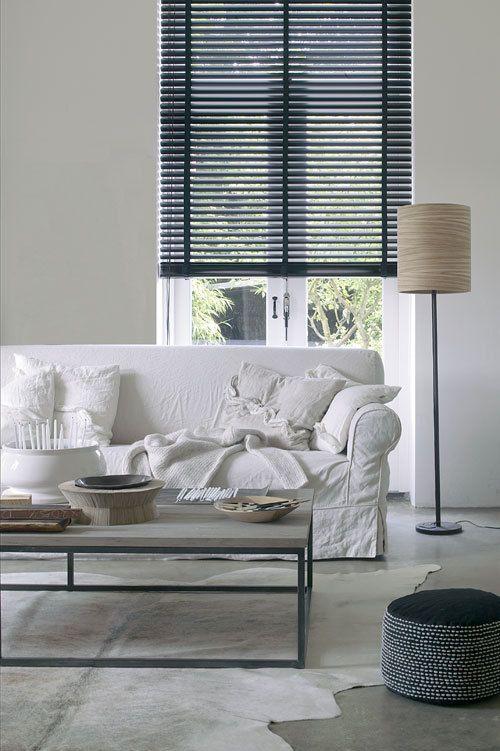 Als je veel wittinten en lichte kleuren gebruikt in de kamer, is een donkere jaloezie dé eyecatcher!