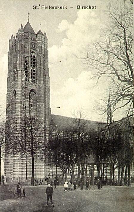 Zuidzijde van de St. Petruskerk. Op de voorgrond tussen de lindebomen de kiosk - 1915 Auteur: niet vermeld