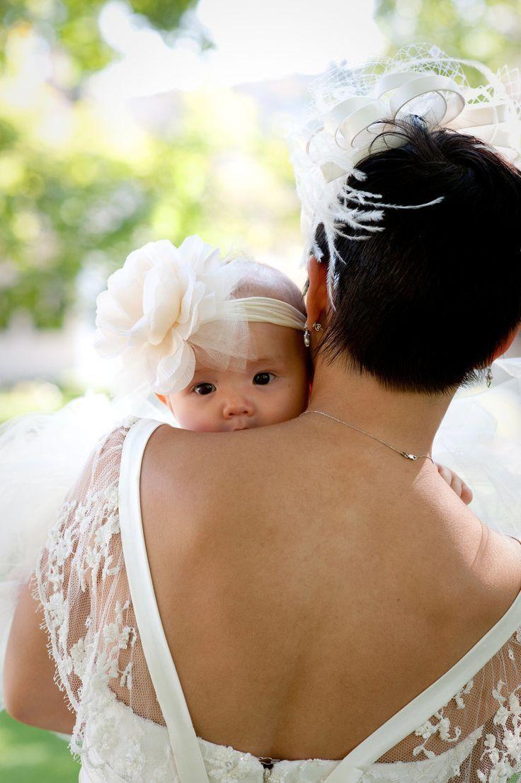 清楚なお式には純白ヘアバンドで出席☆ 結婚式での赤ちゃんの服装・ドレスアップ例まとめ。