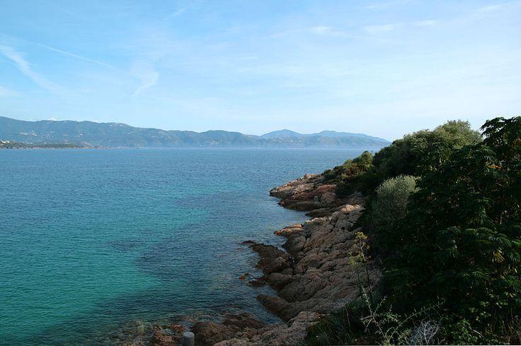 Corsica - Golfe - Sagone Les côtes rocheuses au nord du golfe de Sagone au premier plan. Le golfe de Sagone (en langue corse golfu di Saone) est un golfe de la mer Méditerranée qui se situe en Corse.