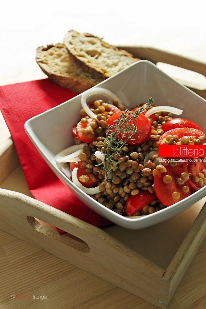 ingredienti | 2 persone 90 g di lenticchie secche 15 pomodori datterini un cipollotto un cucchiaio di olio extravergine d'oliva qualche goccia di aceto di mele un rametto di timo sale