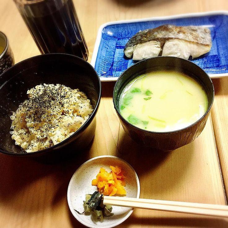 日頃の行いが素晴らしい(笑)ので病気の方は転移再発無し血液検査結果良好でした #感謝 感謝 あと年つまりあと年末回通って何にもなければ完治扱い優秀優秀 榎ちゃんに良い報告できて嬉しいっ  自分で自分お疲れ様に #池波正太郎 先生が #大阪 に来ると通ったという大黒へ #かやくご飯 食べに来ました#美味しいもの 食べられるなんてとりあえず人間で良かった このかやくご飯美味しい#カツオ と #昆布 のダシ汁で刻んだ #鶏肉 と #ごぼう と #こんにゃく が入ってて上には #青海苔 柔らかめの炊き上がり良い匂いどうやったらみずみずしくこんなホワホワに炊けるんだろー  んでこの #白味噌 仕立てのお味噌汁具が #半熟たまご 甘くて美味しい味噌汁半分飲んだところでたまご取り出してご飯に乗せて #モグモグ 赤味噌か白味噌と粕汁が選べたので来年は #粕汁 にしてみよう(笑)  大黒  06-6211-1101  大阪府大阪市中央区道頓堀2-2-7  http://ift.tt/2gnxJ60