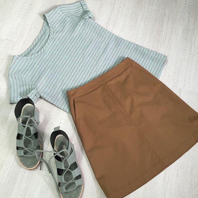 Льняная футболочка и джинсовая юбка-трапеция в наличии в нашем шоуруме и можно заказать удаленно свой размер по вотсап +7 (913) 806-86-08 Сандали #Zara