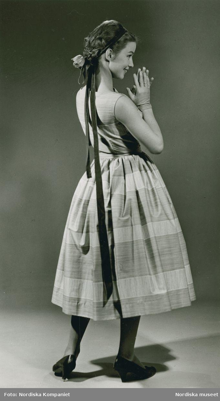 Brud och Hem, 1957. Modell i randig klänning, band i håret och handskar. Foto: Erik Holmén för Nordiska Kompaniet