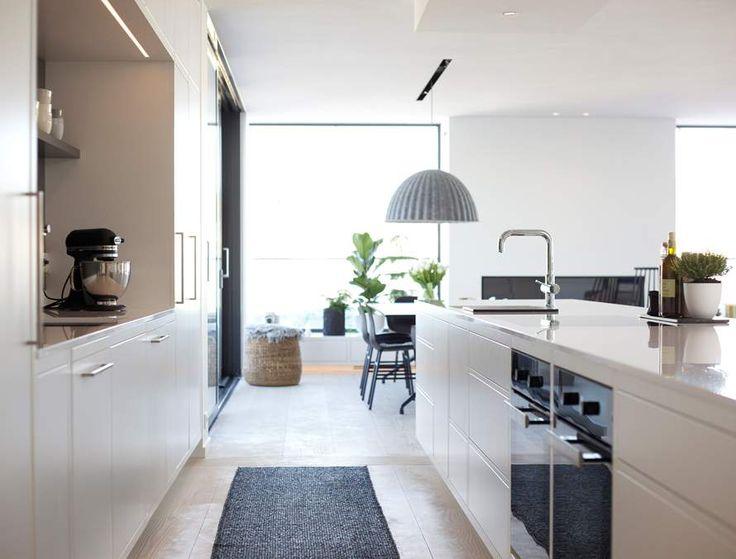 Hamran Kitchen. Extraordinary kitchens from Norway. Kitchen inspiration. Scandinavian design. Silestone worktop. Lacquered mdf cabinets. Kitchen island. High cabinets. White Kitchen. Miele/Gaggenau/AEG appliances.