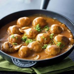 Balletjes in tomatensaus met champignons: Ingrediënten:voor 4 personen 600 g gemengd gehakt 3 eieren paneermeel 1 eetlepelknoflook peterslie mosterd 100 g bl