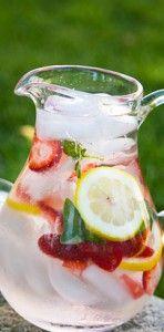 aardbei citroen basilicum water Ingrediënten:  6 aardbeien 1/2 citroen 2 takjes basilicum ijsblokjes water