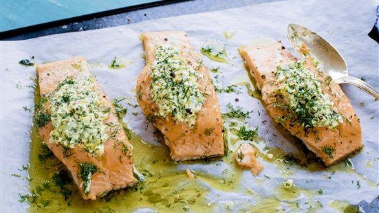 Sätt ugnen på 150 grader. Mosa ihop fetaost, dill, citronskal och olivolja till en röra. Skär ett djupt snitt på mitten av varje laxfilébit. Fyll med fetaoströran. Lägg laxen på en plåt med snittet uppåt och krydda med salt och peppar. Ringla över lite olivolja och strö över lite mer hackad dill. Stek i mitten av ugnen ca 20–25 minuter tills laxen har blivit stekt men fortfarande har en saftig rosa kärna.