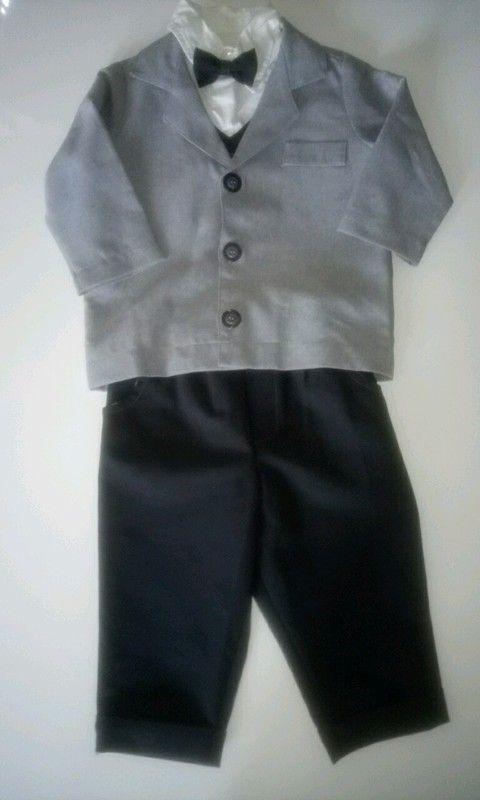 Anzug mit Hemd, Weste und Fliege