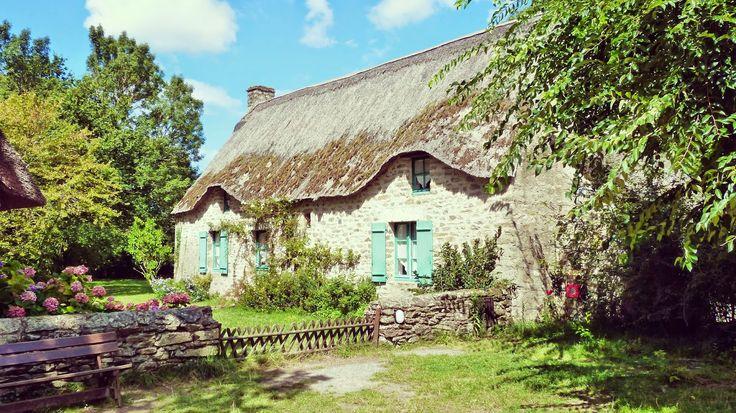 Chaumiere au village de Kerhinet - France