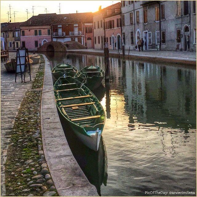 La perfezione di un attimo. La #PicOfTheDay #turismoer di oggi si lascia cullare dal fluttuare delle barche nella #PiccolaVenezia dell'#EmiliaRomagna, #Comacchio. Complimenti e grazie a @arvierimilena / Instant perfection. Today's #PicOfTheDay #turismoer is lulled by the boats' floating in the #LittleVenice of #EmiliaRomagna, #Comacchio. Congrats and thanks to @arvierimilena