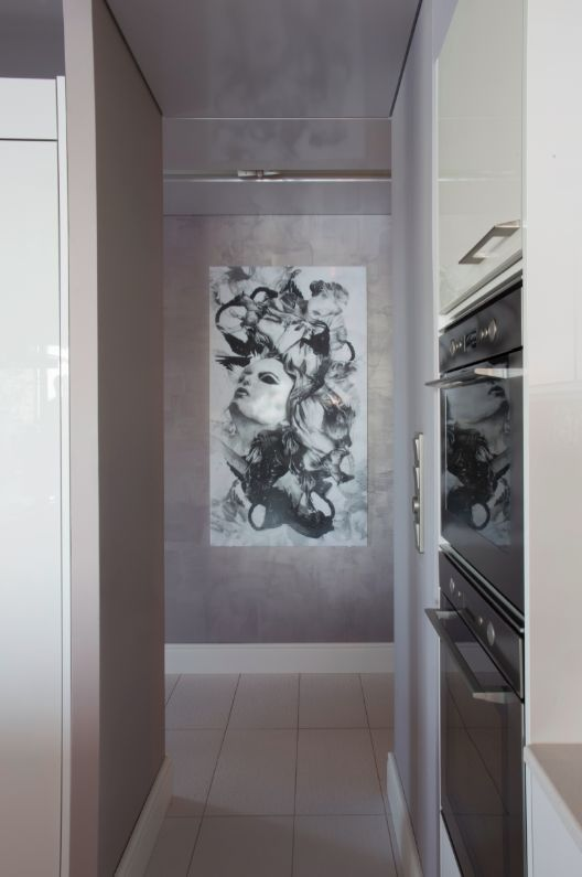 Eteisen käytävällä on Jenni Ritamäen upea taideteos, joka näkyy myös olohuoneeseen ja keittiöön. #asuntomessut #yitasuntomessut #asuntomessut2014 #yitdramaqueen #yitdramaqueenkeittio #yitdramaqueeneteinen