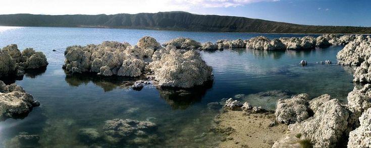 Laguna de Alchichica: aguas azules en cráteres volcánicos. En Puebla se encuentra una de las lagunas más grandes del mundo. En ella se dice que viven seres míticos como monstruos y sirenas, ¿ya la conoces?