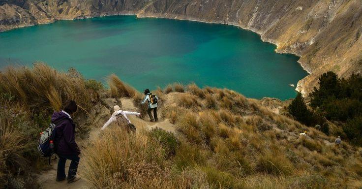 Avenida dos Vulcões (Equador): Duas cadeias paralelas dos Andes cortam o Equador de norte a sul e, no centro do país, um vale de 600 quilômetros de extensão abriga o destino turístico conhecido como Avenida dos Vulcões. Trata-se de uma rota que exibe alguns dos mais imponentes vulcões do país sul-americano, como o Cotopaxi (com 5.897 metros de altitude e considerado um dos cinco vulcões ativos mais altos do mundo) e o Quilotoa (na foto), que exibe uma cratera de 250 metros de altura com um…