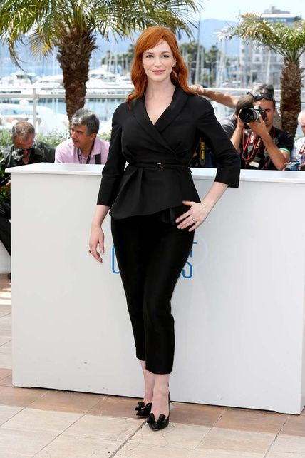 """Cannes 2014: """"Christina Hendricks, muy sobria y seria, con un traje negro formado por chaqueta y pantalones capri en el photocall de Lost River""""."""