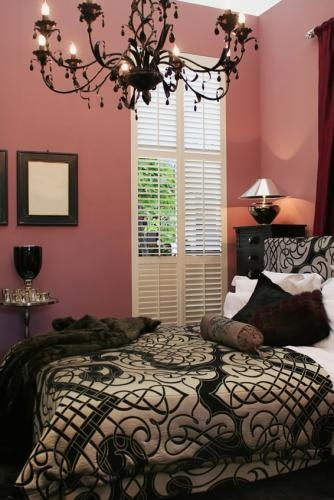 Love the colour contrast between the dusky pink and the black accessories. Especially love the black chandelier