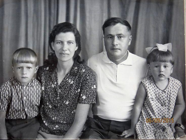 """Отчасти я - его генетическая копия. Это мой дедушка. Он родился в 1933 году во время самого страшного в Украине голодомора. Вскоре после того как его семью """"раскулачили"""" - у кого-то отобрали всё имущество кого-то выслали в Сибирь. В 1944-м погибла его мама в 1958-м - умер отец. Оставшись сиротой в послевоенные годы он тем не менее сумел получить два высших образования стать преподавателем ВУЗ-а руководителем нескольких предприятий секретарём райкома партии в конце концов (поэтому политика в…"""