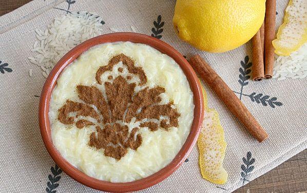 Μια πολύ εύκολη συνταγή για ένα υπέροχο, κλασικό Ρυζόγαλο. Μια γλυκιά κρέμα με ρύζι, εύκολη στη παρασκευή της, πασπαλισμένη με κανέλα, πάντα καλοδεχούμενη