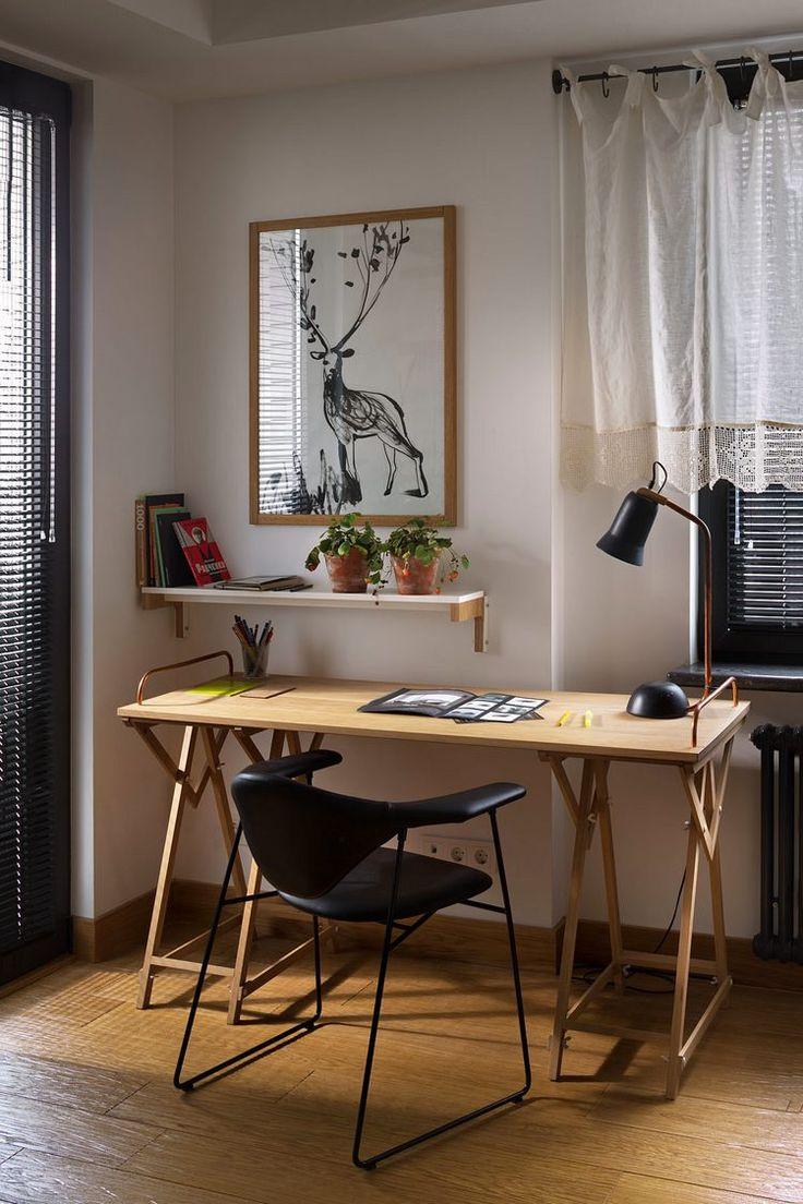 Fa, bőr, zöld növények és textilek, kontraszt és szimpla berendezés - egy tágas, háromszobás lakás