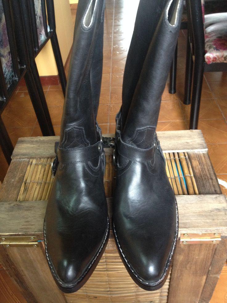 Botas Texanas - Nuevas Talle: 8 Cuero Color: Negro Detalles: hebilla plateada.  wwww.gvtendencias.com.ar