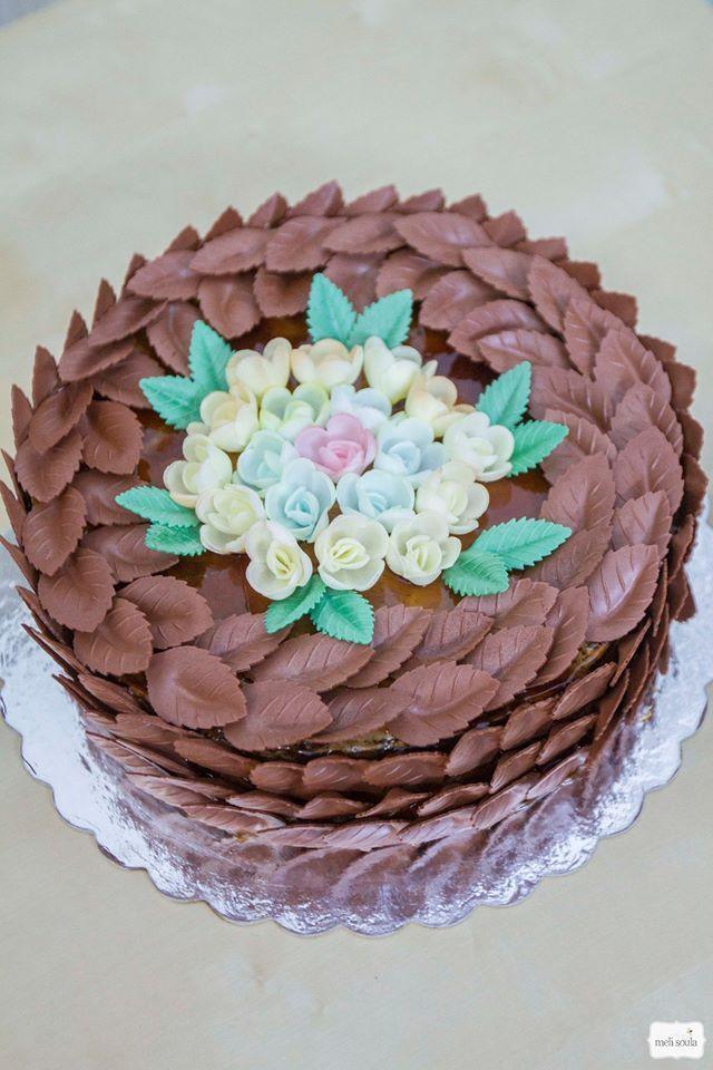 3d τούρτα με σοκολατένια φύλλα και ζαχαρωτά λουλούδια