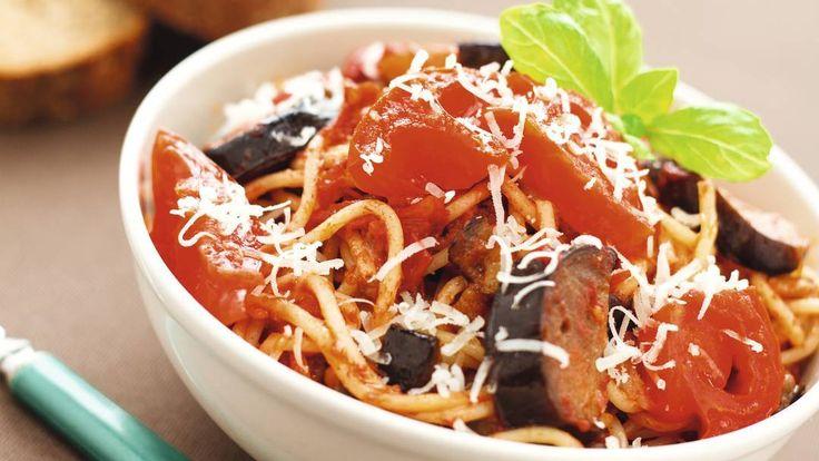 Toevoegen aan mijn receptenDit pastagerecht uit de Italiaanse streek Siracuse is inmiddels over de hele wereld bekend. Heerlijke spaghetti met aubergine, tomaat, paprika en ansjovis. Maak dit gerecht nu heel eenvoudig met dit recept.
