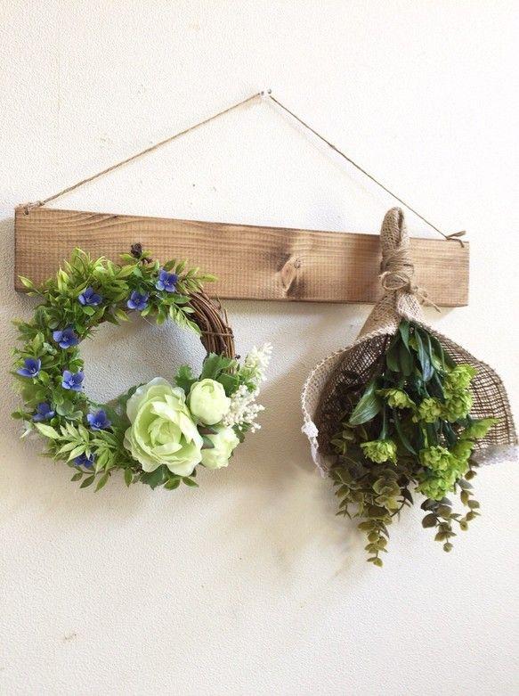 アーティフィシャルフラワーホワイトグリーンのラナンキュラスとサリューブバリアのリースサリューブバリアのブルーとグリーンリーフで春〜夏にピッタリな爽やかな色合いになりました。グリーンの千日紅と合わせたナチュラルなプレートです。○アーティフィシャルフラワー生花をよりリアルに再現し、そしてさらに、生花には無い美しさを表現した《作られた花》です。 素材は主にポリエステル、ワイヤーなどで作られています。 生花にそっくりに作られていてとても色鮮やかで、長い期間お楽しみいただけます。☆母の日ギフト用にはラッピングの際にThanks Motherカードをお付けします。ーーーーーーーーーーーーーーーーー以前プレートをご購入していただいたお客様に限り、リース&スワッグのみの販売もしております。お花のみの価格に変更させていただきますのでご購入のお手続きに進まれる前にメッセージでお知らせくださいませ。ーーーーーーーーーーーーーーー○リース  横 約18cm プリザーブドソリダゴ*アーティフィシャルフラワーラナンキュラス ホワイトグリーンサリューブバリア ブルーガーデンハーブユーカリジャスミンリー...
