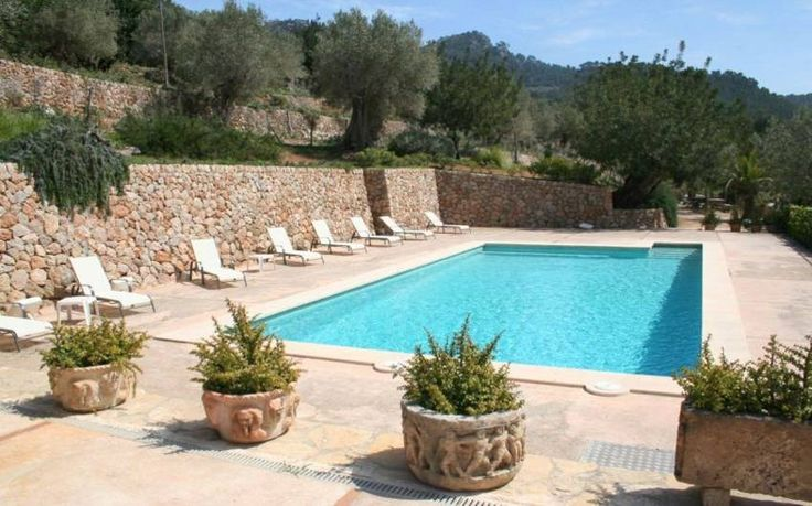 Finca Fabiana Bunyola, Mallorca Westen Preis pro Nacht 100 - 185€ Für max. 32 Personen Die Finca liegt in wunderschöner Lage bei den bekannten Alfabia Gärten und ist ein optimaler Ausgangspunkt für Gäste, die an der Natur und Wanderungen interessiert sind.
