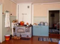 1950-luvun kesämökin keittiössä keitettiin puuhellalla.