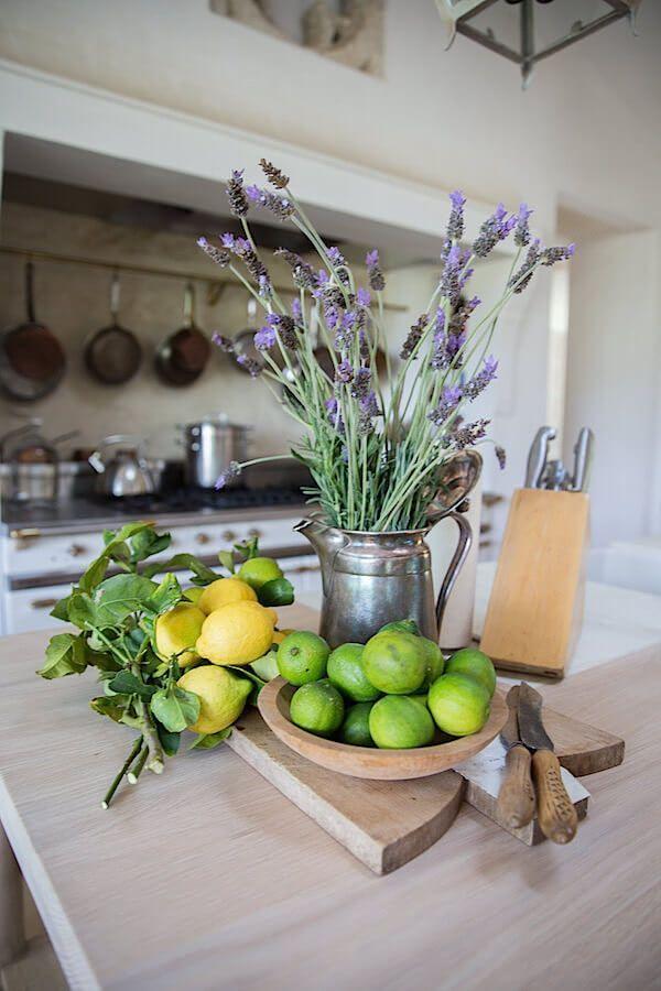 Authentische Gießkanne mit herrlichem Lavendel – Blumenarrangements im Haus