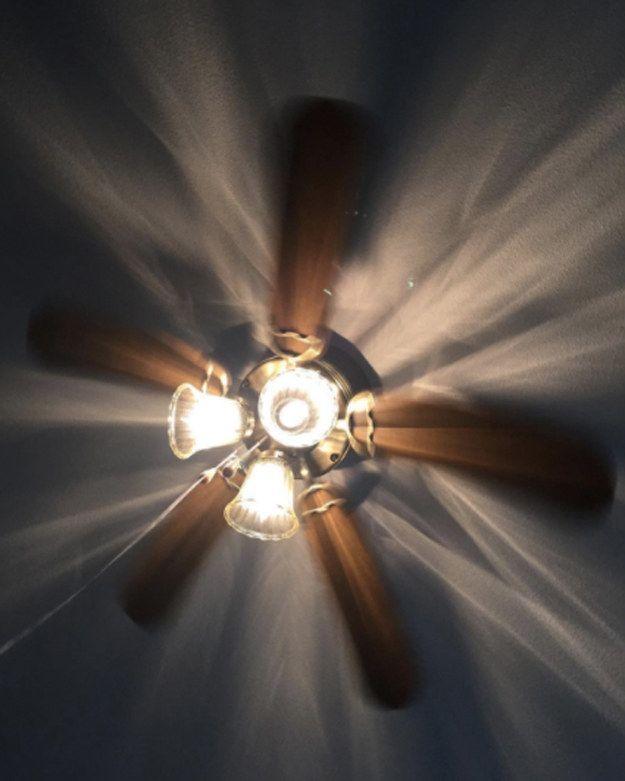 Du hast einen Deckenventilator? Lass ihn im Uhrzeigersinn laufen. Warme Luft steigt an die Decke, sodass der sich im Uhrzeigersinn bewegende Ventilator sie wieder zu dir nach unten drückt!