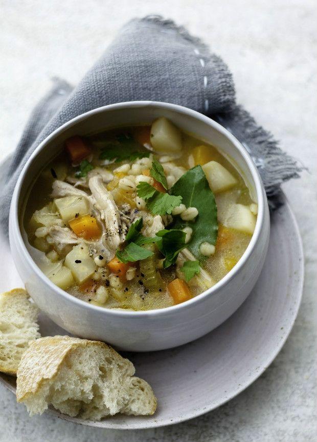 Vydatná polévka z kořenové zeleniny s kroupami a kuřetem, Foto: isifa.com