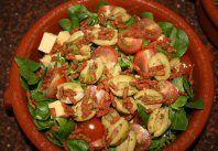 Maaltijdsalade met kaas, spek en tomaten