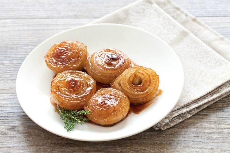 Le cipolle caramellate sono perfette per un contorno dai sapori agrodolci da abbinare a secondi piatti di carne o di pesce. Ecco come prepararle.