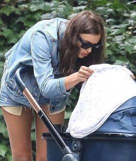海外セレブスナップ | Celebrity Style: 【イリーナ・シェイク】すっかりママの顔!デニムジャケットで娘を連れてお散歩!