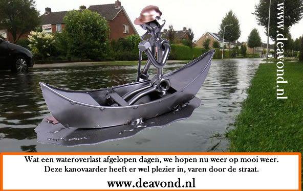 Wat een wateroverlast afgelopen dagen, we hopen nu weer op mooi weer. Deze kanovaarder heeft er wel plezier in, varen door de straat. www.deavond.nl