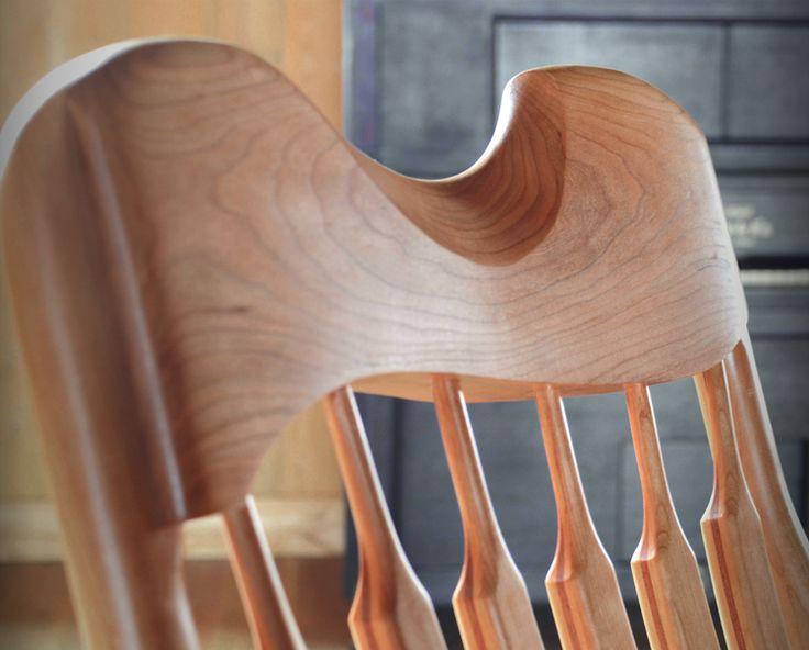 Détail de l'appui-tête ergonomique - chaise berçante Ekko. #chaisebercante #cerisier #chaisedesign