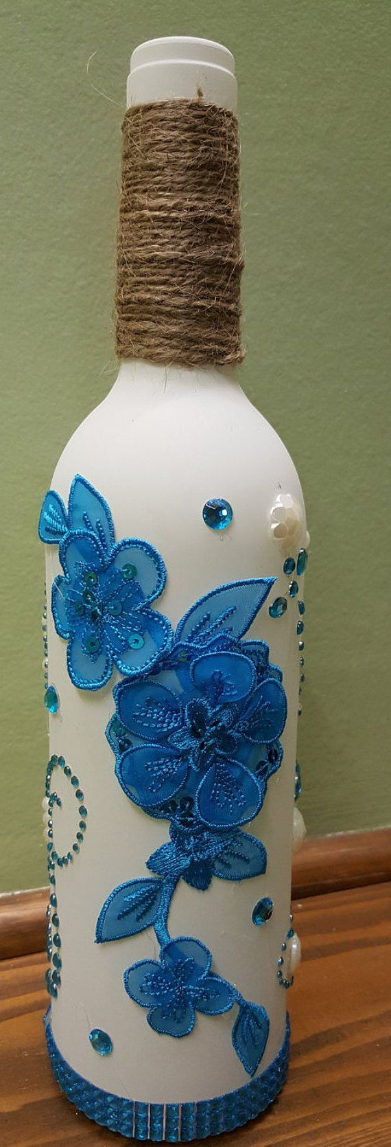Botella blanco decorado con adornos azules y blancos Un elemento de gran regalo Aproximadamente 3 pulgadas de ancho por 12 pulgadas de alto #decoratedwinebottles