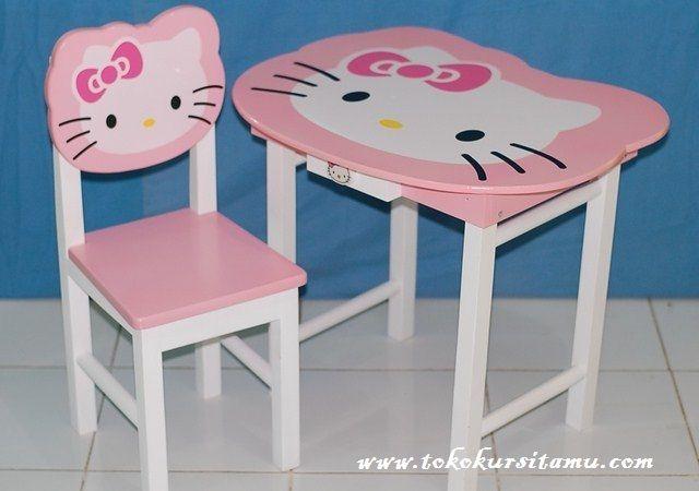 Meja Belajar Pink Hello Kitty MJB-005 ini terbuat dari kayu jati berkualitas disempurnakan dengan kombinasi cat duco warna putih dan pink