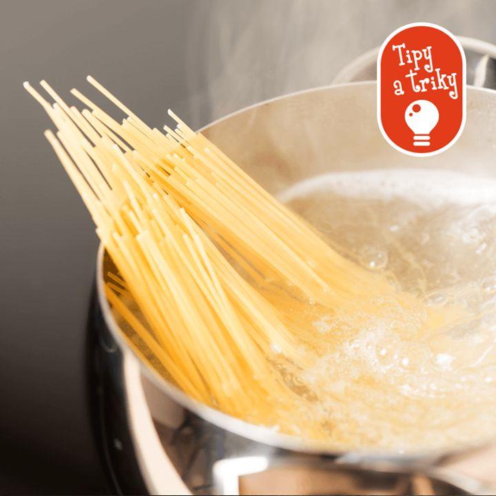 Aby hrniec s cestovinami nevykypel, potrieme hranu pokrievky dookola maslom. Voda potom nevykypí a neznečistí šporák.