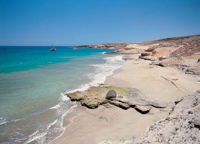 Playa de Diego Hernánez. Tenerife. La conocida como Caleta de los Hippies se encuentra entre El Puertito de Adeje y La Caleta, una magnífica cala de arena blanca y aguas cristalinas a la que sólo se puede acceder a través de un cómodo sendero.