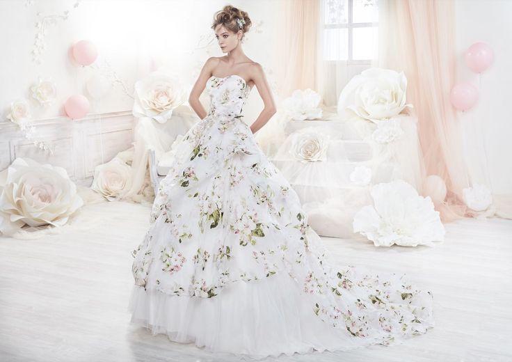 Le modèle Look 84 de Nicole Spose collection Colet 2018 est une robe de mariée de coupe princesse en satin à Bustier et Sans manches. Blanc